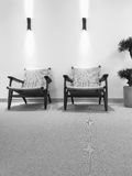 与藤条椅子的黑白内部 库存图片
