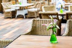 与藤椅的室外餐馆内部 免版税库存图片
