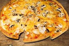 与蘑菇鸡和乳酪的薄饼 库存照片
