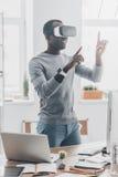 与虚拟现实耳机的乐趣 库存图片