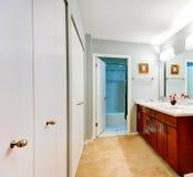 与虚荣内阁和镜子的简单的卫生间内部 免版税库存照片