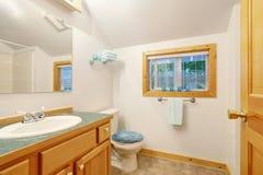 与虚荣内阁和洗手间的典雅的白色卧室内部 库存照片