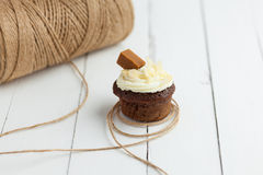 与虹膜和杏仁的新鲜的巧克力杯形蛋糕在木桌上 库存照片