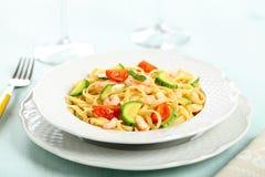 与虾和夏南瓜烤宽面条的意大利面团 免版税库存图片