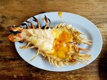 与虾酱的烤大河虾在木桌背景 免版税库存图片