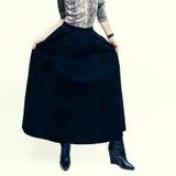 与蛇印刷品结合的时兴的皮革裙子 女孩fashio 库存图片
