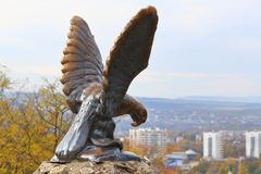 与蛇战斗的老鹰的铜雕塑 白种人矿泉水的正式标志 Pyatigorsk,俄罗斯 库存图片