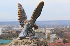 与蛇战斗的老鹰的雕塑 白种人矿泉水的正式标志 Pyatigorsk,俄罗斯 免版税库存图片