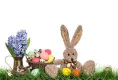 与蛋和花装饰的复活节兔子 免版税图库摄影