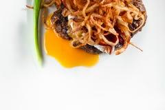 与蛋和葱舱内甲板位置的开胃汉堡 免版税库存图片