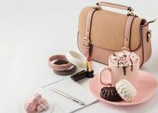 与蛋白软糖和妇女的时装配件的热巧克力 免版税库存图片