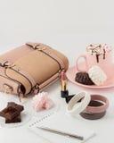 与蛋白软糖和妇女的时装配件的热巧克力 库存照片
