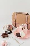 与蛋白软糖和妇女的时装配件的热巧克力 免版税库存照片