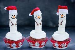 与蛋白软糖雪人的圣诞节杯形蛋糕 库存照片