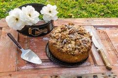 与蛋糕、核桃和白玫瑰的秋天静物画 土气样式 库存图片