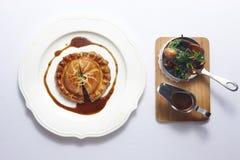 巴黎与蛋糕、菜和soyal调味汁的胭脂盘在白色 库存图片