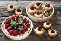 与蛋糕和新鲜的莓果的静物画 库存图片