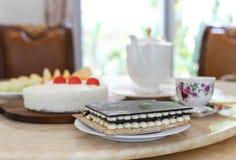 与蛋糕和新鲜水果的茶时间 免版税库存图片