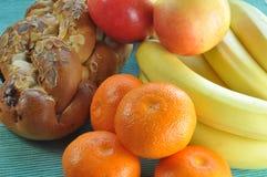 与蛋糕和果子的健康早餐 免版税库存照片