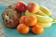 与蛋糕和果子的健康早餐 免版税图库摄影