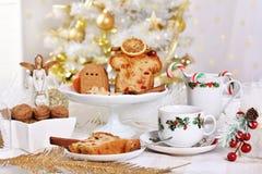 与蛋糕和甜点的圣诞节桌 免版税库存照片