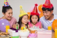 与蛋糕和礼物的家庭在生日聚会 免版税库存图片