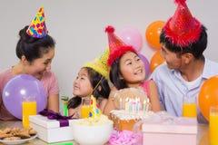 与蛋糕和礼物的家庭在生日聚会 库存照片