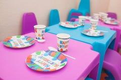 与蛋糕和糖果的点心桌在一个小孩子的生日 免版税库存图片