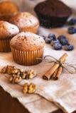 与蛋糕和莓果的静物画 免版税库存照片
