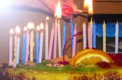与蛋糕和蜡烛的一个美妙的生日概念 免版税库存图片