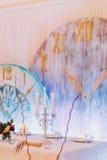 与蛋糕和蜡烛的创造性的婚礼桌 奶油被装载的饼干 库存照片