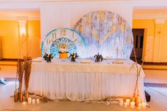 与蛋糕和蜡烛的创造性的婚礼桌 图库摄影