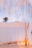 与蛋糕和蜡烛的创造性的婚礼桌 免版税图库摄影