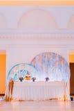 与蛋糕和蜡烛的创造性的婚礼桌 库存照片