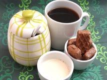 与蛋糕的咖啡和牛奶和糖 图库摄影