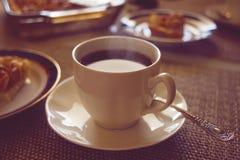 与蛋糕的咖啡杯 图库摄影