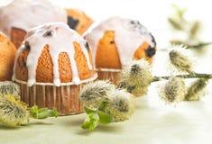 与蛋糕的复活节表 图库摄影