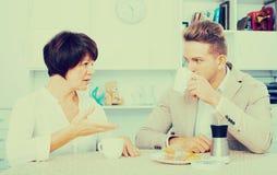 与蛋糕的妇女和人饮用的茶 库存图片