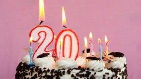 与蛋糕的愉快的20在桃红色背景的生日和蜡烛 股票视频