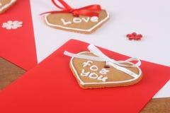 与蛋糕的手工制造看板卡为情人节 库存图片