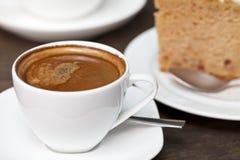 与蛋糕的浓咖啡咖啡 免版税库存照片