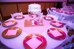 与蛋糕装饰的婚礼表 图库摄影