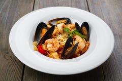 与蛤蜊和大虾的意大利海鲜面团 免版税库存图片