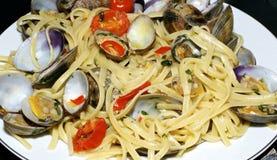 与蛤蜊的意大利面食 库存图片