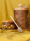 与蜂蜜匙子和蜂蜜瓶子的Tuesok 免版税库存照片