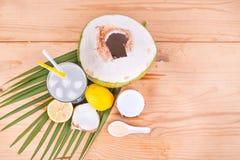 与蜂蜜和柠檬饮料的刷新的自然绿色椰子 库存照片