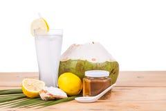 与蜂蜜和柠檬饮料的刷新的自然绿色椰子 免版税库存图片