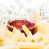 与蜂蜜宏指令的乳酪开胃菜 Dor有h的青纹干酪板材 免版税库存图片