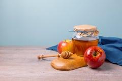 与蜂蜜瓶子和苹果的犹太假日Rosh Hashana静物画 免版税库存照片