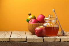 与蜂蜜瓶子和苹果的犹太假日Rosh Hashana (新年)庆祝 库存照片